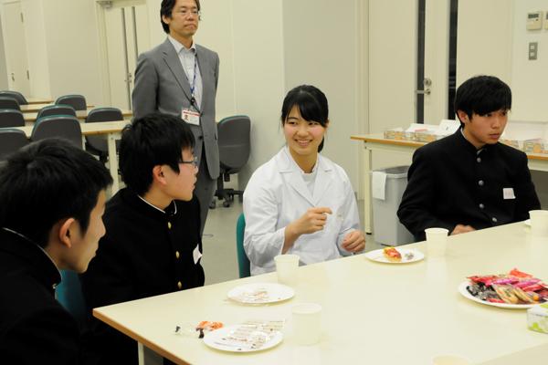 学科説明会のあとは、先生や先輩と懇談会が行われました。白衣に身を包んだ医療従事者の卵である先輩たちが質問に答えてくれます。