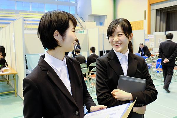 「学内で開催されているというメリットを十分に生かしたい」と古月さん(左)、横山さん(右)