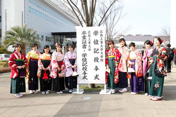 体育館前に今年から設置された撮影用のボードの前で。美しい袴姿の女子学生が集まりました。