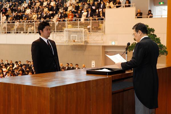 同じく、知的機能科学専攻修了生、小松 真吾さんが学位記を受け取りました。学位論文題目「ノンコンプレションブレース鋼構造架構の耐震性能に関する研究」