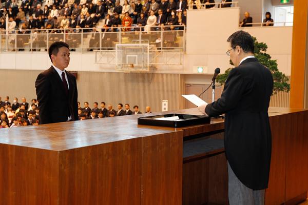 大学院工学系研究科博士前期課程修了生を代表して、宮田晋輔さんが学位記を受け取りました。