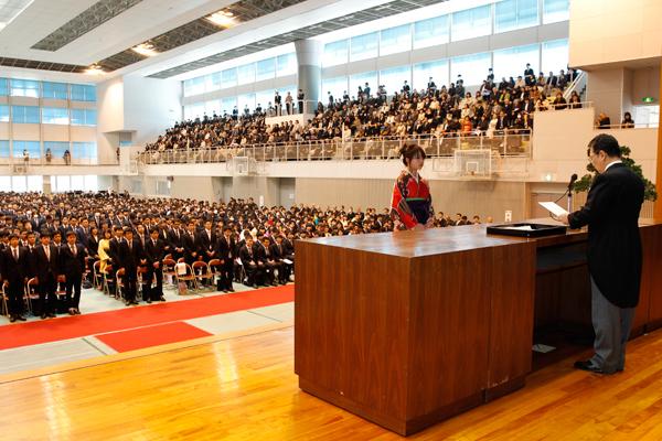 工学部卒業生542名を代表して、太田佳菜子さん(建築工学科)が卒業証書・学位記を受け取りました。
