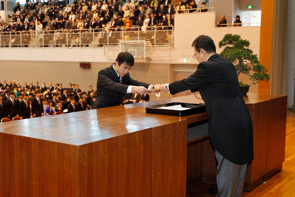 情報学部209名を代表して、石井元規さん(知的情報システム学科)が卒業証書・学位記を受け取りました。