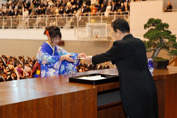環境学部144名を代表して、松浦藍子さん(環境デザイン学科)が卒業証書・学位記を受け取りました。