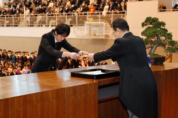 生命学部94名を代表して、見崎裕也さん(食品生命科学科)が卒業証書・学位記を受け取りました。