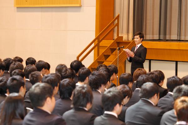 送辞を述べる古川さん。お世話になった先輩に感謝の気持ちを込めて読み上げました。