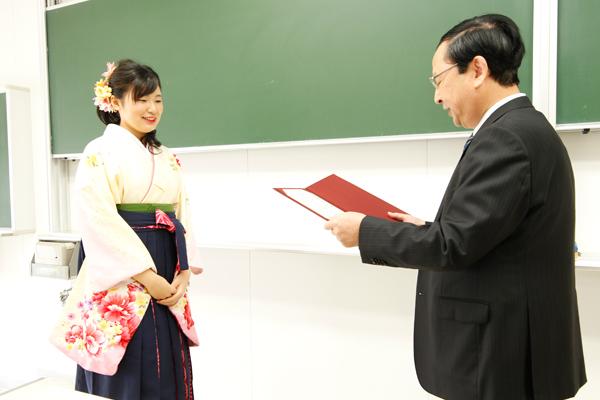 式典の後は学科ごとに分かれ、教員から一人ひとりに卒業証書・学位記が手渡されました。