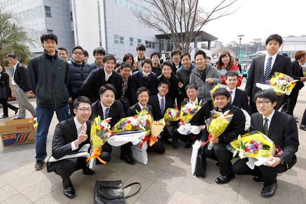 剣道部は花束で先輩を迎えました。