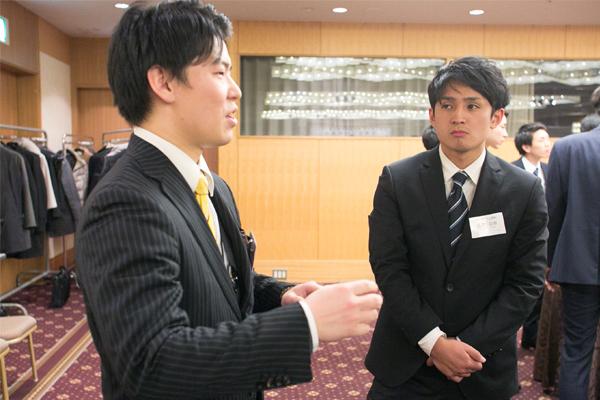 卒業生との懇親会で、業界のことを熟知する先輩の話に耳を傾ける瀬戸さん。「学生とは違う社会人としての厳しさを教えていただきました」