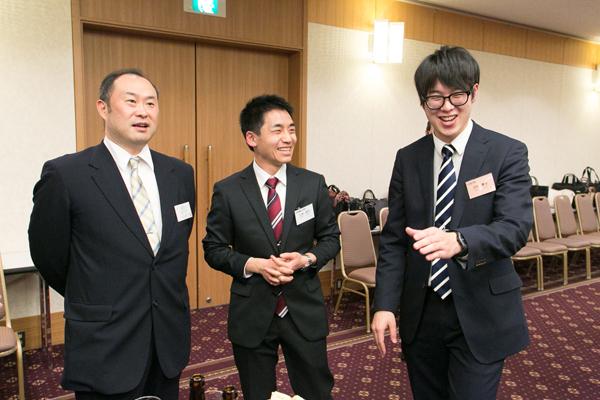 懇親会で情報交換に臨む山本さん(真ん中)と卒業生の河井さん(右)。就職活動のこと、現在の仕事のことなど、リラックスした雰囲気だからこそ聞ける本音の話を聞くことができました。