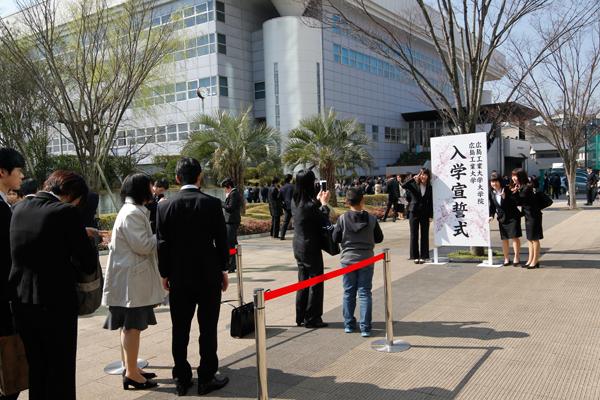 鶴記念体育館前に設置された撮影用ボードの前には、記念写真を撮影しようと、たくさんの方が集まりました。