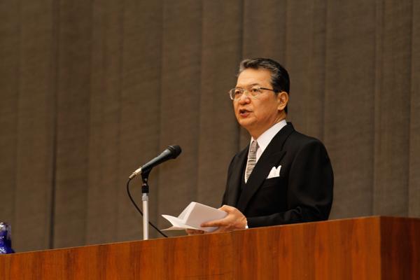 鶴学長は式辞の最後で「学びのスタイルを変えてほしい」と提言。自ら課題を見つけ、判断を下す能動的な姿勢を身に付けてほしいと訴えました。