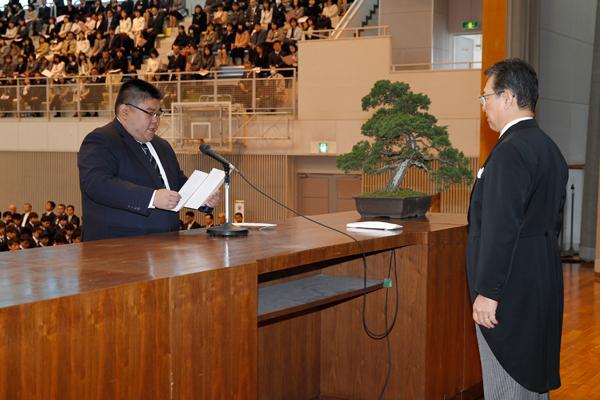 大学院入学生を代表して長谷智紘さん(工学系研究科 博士前期課程 電気電子工学専攻)が宣誓を行いました。