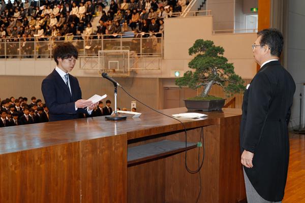 学部入学生を代表して高浜 秀弥さん(機械システム工学科)が宣誓を行いました。