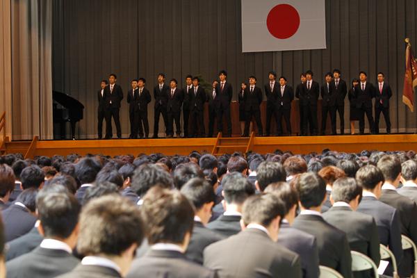 広島工業大学大学歌を力強く歌い上げたのは、学生自治会、文化局、工大祭実行委員会、体育会本部の先輩たちです。