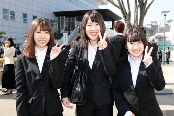 建築デザイン学科に入学した明神沙英さん(左)、山村茉奈さん(中)、高橋里奈さん(右)。「知識と技術を身に付け、将来は住宅の設計をしてみたいです。友人もたくさん作りたいです」(高橋さん)