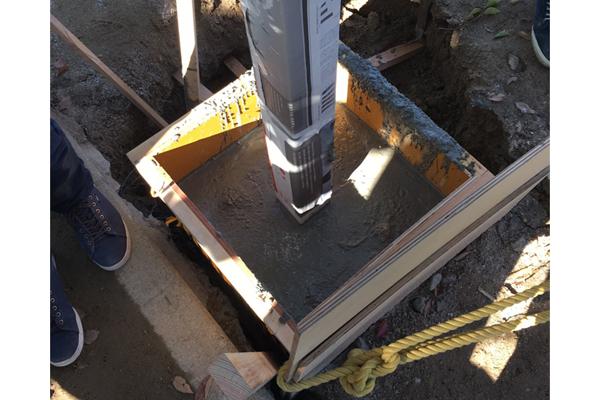 コンクリート打設の様子。コンクリートを流し込む型枠も学生たちが作成しました。