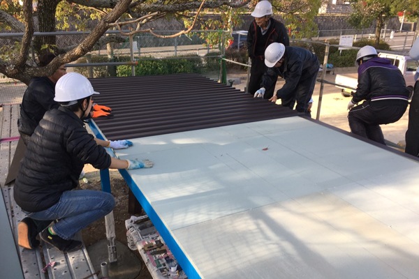 屋根には断熱材となる新素材を使用。夏に涼しい空間が生まれる工夫を施しました。