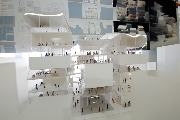 建物の圧迫感をなくすために、ガラス張りにして中を見せたり、6つの棟の高さに変化を付けたり、フロアに勾配を付けたりと、既存のビルとは大きく異なるインパクトを与えることに成功しています。