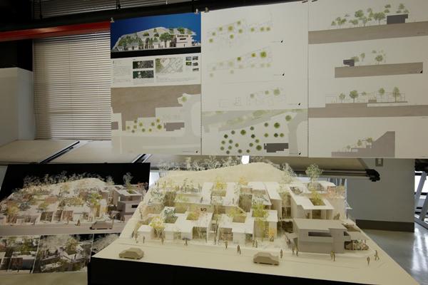 「集合住宅と自然や緑を、どのように融合させるのかに気を配りました」と岡田さん。ゼミ室にある建築関係の雑誌を参考に、自分なりのアイデアを練り上げていきました。