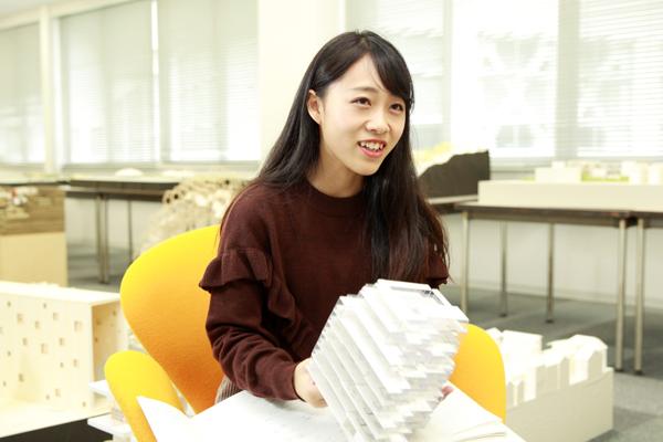 「高校は普通科だったのですが、大学で基本から建築を教えていただき成長することができました」と佐藤さん。学科には女子学生も多く、いっしょに切磋琢磨できたそうです。