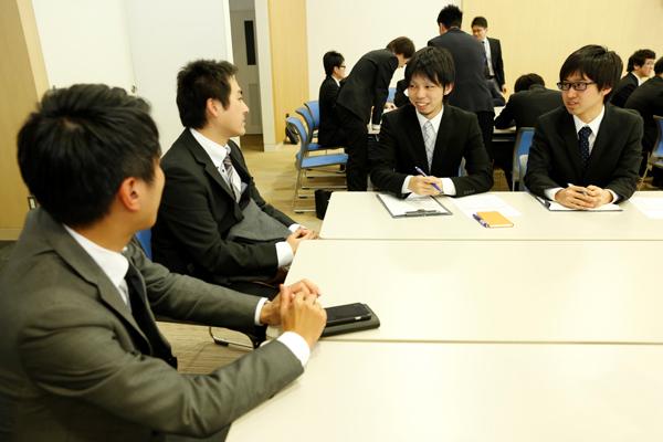 講演後の懇談の時間では、さらに詳しい質問にもお答えいただきました。米田さんのような頼れる先輩が、各企業で活躍されているからこそ、後輩は安心して社会に飛び出していくことができます。
