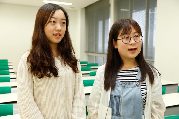 中国からの留学生の賈暁帆さん(左)と任夢さん(右)「頑張っている中原さんの姿を見て、自分もいろいろなことに挑戦したいと思いました」(賈さん)「宮沢賢治という素晴らしい詩人のことを知ることができました」(任さん)