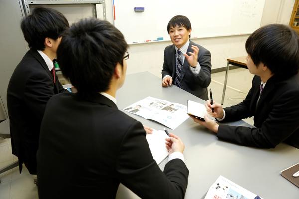 懇談会では、OBの田辺仁志さん(中央)を囲み、サービスエンジニアはお客さまに納得してもらう仕事であること、大きな仕事の受注が決まった時の喜び、日々の勉強が仕事を支えていることなどについてお聞きしました。