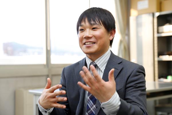 OBの田辺さんは2012年に電子情報工学科を卒業されました。「私の卒業した頃と比べて、はきはきと自分から話す学生が多くなりましたね。仕事では他者とのコミュニケーション力が求められます。いっしょに働く日を待っています」
