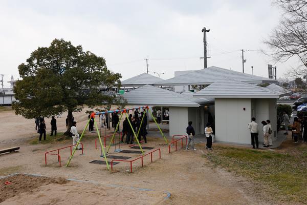 瀬戸内海に浮かぶ島々をイメージした「旧広島みなと公園トイレ」は、OBの石川誠さんの作品。