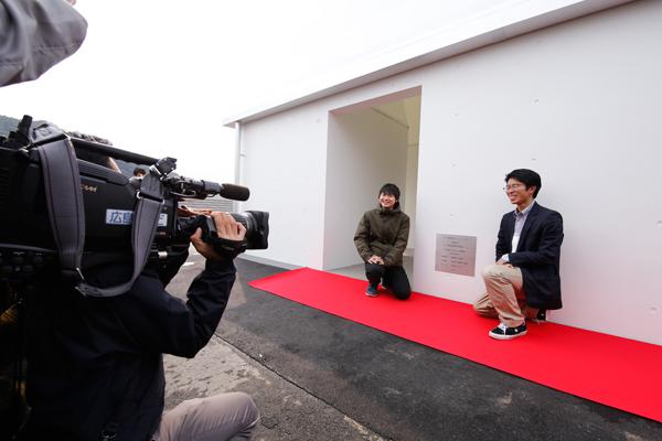 3人それぞれの名前が刻まれた記念プレートの除幕式。詰めかけた報道陣に笑顔で応えます。