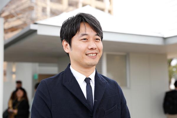 石川さんは村上ゼミの一期生。「先生からは、設計することは自由で楽しいものだと教わりました。仕事で行き詰ったときも、先生の教えを思い出すとやる気がわいてきます」
