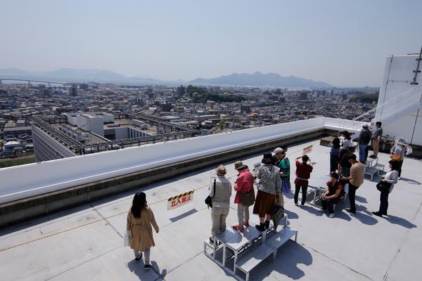 特別に開放された新1号館の屋上からは、宮島など瀬戸内海の島々や五日市の街並みを一望できます。