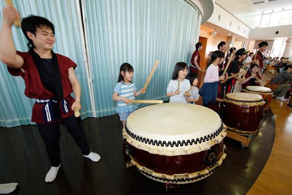 和太鼓サークル「鼓遊会」が、迫力たっぷりの太鼓の音色でお出迎え。演奏後の和太鼓体験コーナーでは、子どもたちと一緒に演奏しました。