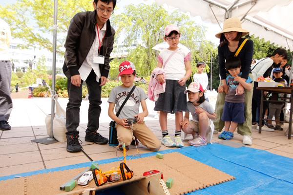 ロボット研究部によるロボット操作体験。斜面を上手に登れるかな。