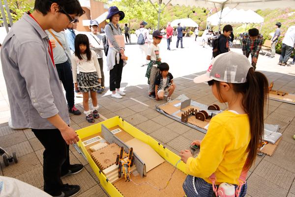こちらは、科学部によるレスキューロボット体験コーナー。災害現場で活躍するレスキューロボットについて学べます。男の子だけでなく、女の子にも大人気。