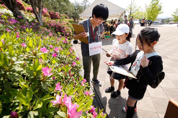 キャンパス内に咲く花をスケッチして、植物図鑑づくりに挑戦。植物に詳しい地球環境学科の学生が、植物の特徴から花言葉までをレクチャー。