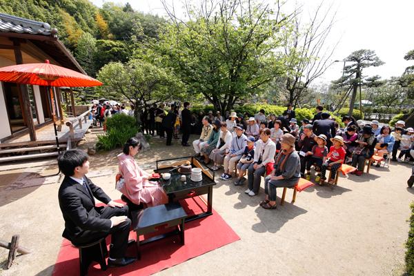 茶室「雙鶴堂」では、茶道部の学生が点てるお茶が大人気。学生が「おもてなしの心」でお客さまをお迎えしました。