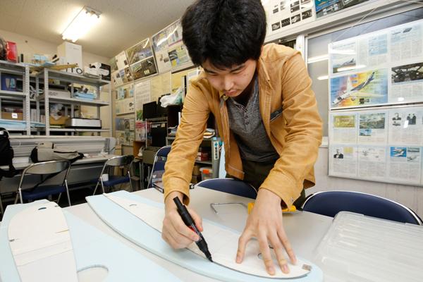 翼のパーツのひとつ、リブの型をフリーハンドで写し取っていきます。「全部手作業なので時間がかかります」