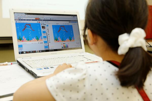 こちらの女の子は、ゲームの背景画像を描くことに夢中。やりたいことは何をしてもいいんです。