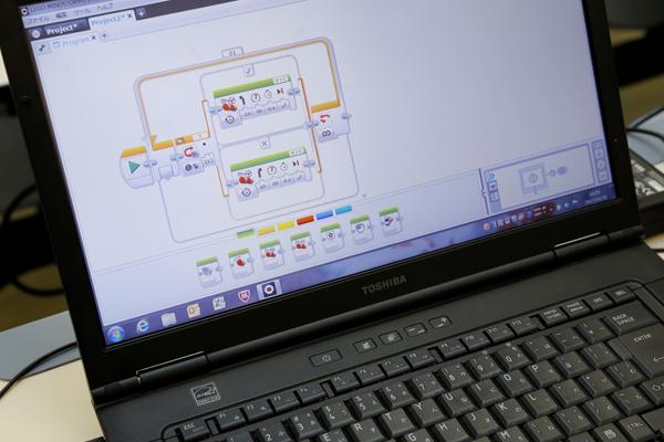 レゴ®マインドストームのプログラム画面。動かす方向・時間・速度などについて、視覚的にわかりやすく指示が出せるようになっています。