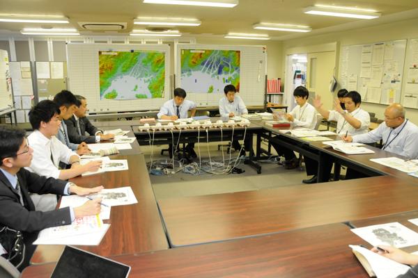 広島県庁にて聞き取り調査を実施。建築課、砂防課、河川課などさまざまな部署の担当者にお集まりいただきました。
