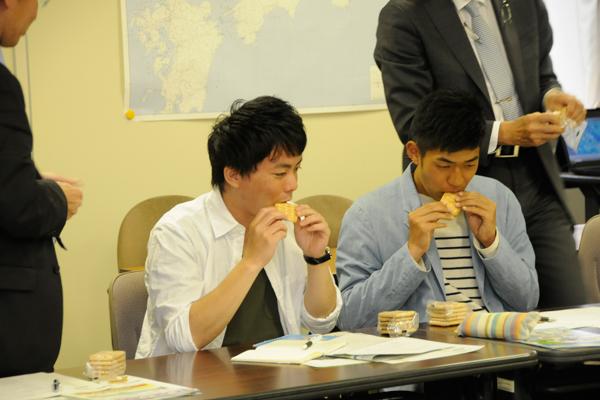 広島県では、災害時に備えて乾パンやアルファ化米を備蓄しています。この日は、乾パンを試食させていただきました。