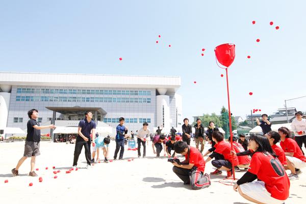 「あおぞら運動会」の名にふさわしい雲一つない青空の下で行われた運動会。運営は体育会本部の学生です。この日のために準備を進めてきました。