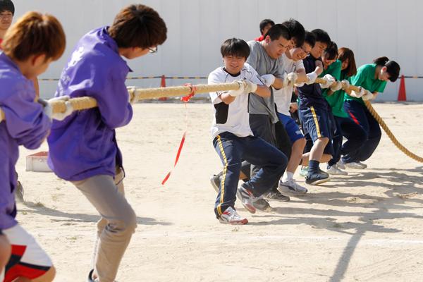 「綱引き」は8人対8人の真剣勝負。息を合わせて、足を踏ん張って、綱をグイグイ引けば、勝利が見えてきます。