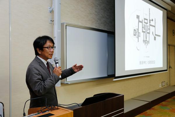 厳島神社の社殿配置図を説明する向山先生。写真や図版を数多く用いるなど、理解しやすい工夫がされていました。