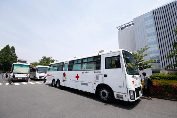 学生自治会献血会の積極的なPRにより献血者が増加。例年、献血バスの数は2台でしたが、昨年から3台に増加しました。