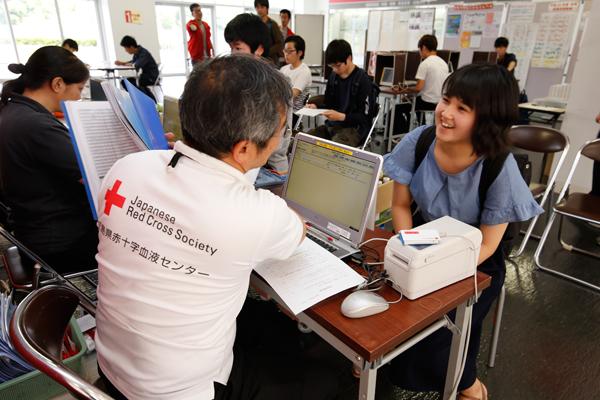 受付で、献血の基準を満たしているかどうか簡単な質問に答えます。工大献血では400ml献血のみを実施しています。