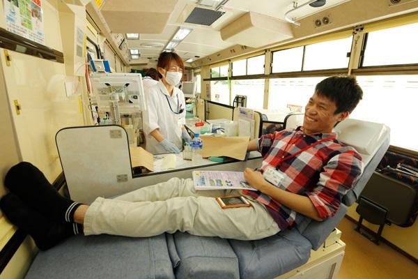 献血バスの中の様子。はじめての学生は少し緊張気味のようです。
