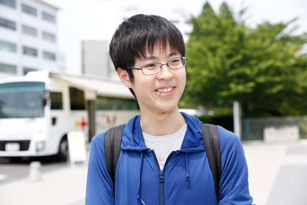 濱本拓未さん(知的情報システム学科 2年)「献血は2回目です。授業の合間に参加しました。困っている人の助けになればうれしいです」